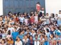 o. Michał z grupką dzieci w niedzielę po Mszy św. przed drzwiami kościoła