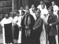 """Z aktorkami Teatru Starego. Klerycy śpiewali w chórze podczas przedstawienia """"Mord w katedrze"""" (1982) - na zdjęciu o. Zbigniew i o. Michał"""