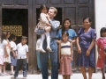 O. Zbigniew z dziećmi przed drzwiami kościoła w Pariacoto